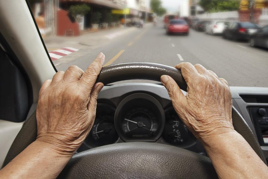 高齢者の運転は交通事故が心配? 危ないと思われる理由、特徴は?