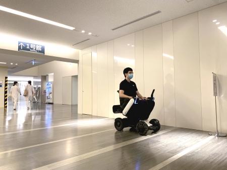 慶應義塾大学病院で走行する自動運転の電動車椅子