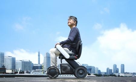 電動車椅子に乗って空を見上げる男性